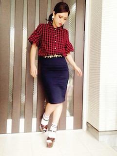 5赤シャツ×タイトスカート×厚底サンダル