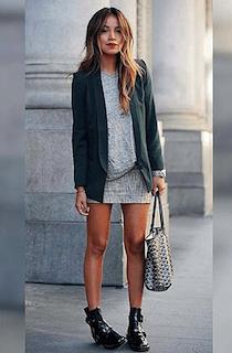 3緑のテーラードジャケット×グレーTシャツ×タイトミニスカート