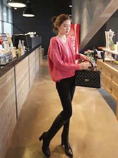 8黒のロングブーツ×ピンクセーター×黒レギパン