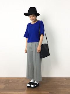 青のニット・セーター×チェックワイドパンツ×黒のサンダル