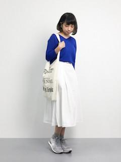 青のニット・セーター×白のミモレ丈スカート×グレーナイキスニーカー
