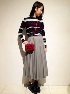 ボーダーニット・セーター×グレーのプリーツスカート×黒のショートブーツ