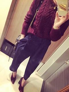 11赤のブーティ×赤ニットセーター×パンツ