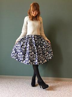 2ブーティ×タイツ×白ニット×花柄スカート