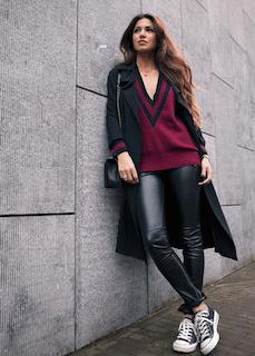 4黒のトレンチコート×Vネックセーター×レザーパンツ