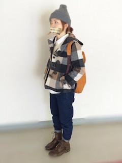 1チェックのダッフルコート×ジーンズ×ニット帽子