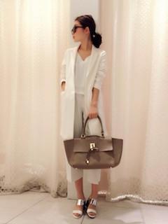 7白のスプリングコート×ショート丈Tシャツ×白のガウチョパンツ