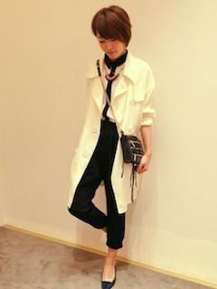1白のスプリングコート×シフォンブラウス×黒パンツ