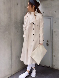 9白のスプリングコート×白デニムパンツ×白スニーカー