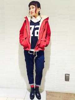 6赤のマウンテンパーカー×セーター×デニムパンツ