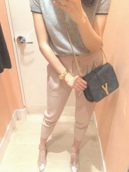 9ピンクのジョガーパンツ×グレーのポロシャツ
