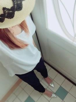 8ネイビーのジョガーパンツ×白Tシャツ