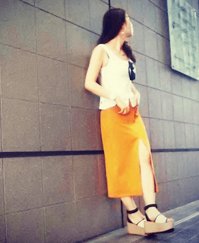 4スリットスカート×キャミソール×厚底サンダル