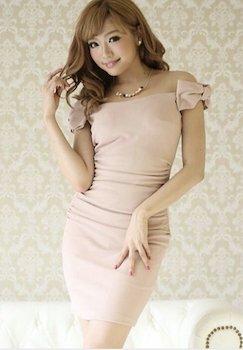 ピンクベージュのオフショルダードレス