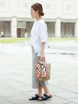 8スリットスカート×白シャツ×フラットサンダル