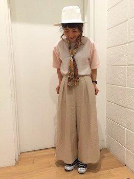 7ベージュのスカンツ×ピンクカラーTシャツ×スカーフ