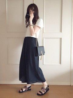 8黒のスカンツ×白Tシャツ×フラットサンダル