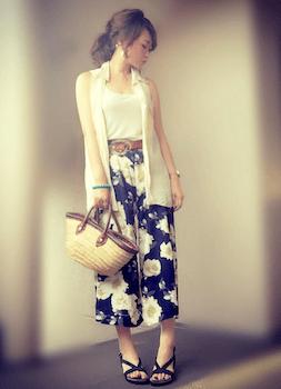 5花柄のスカンツ×白キャミソール×白シャツ