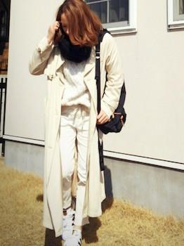7白のコーデュロイパンツ×白Tシャツ×ロングトレンチコート