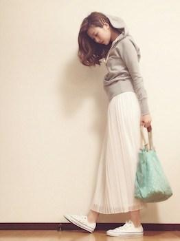 4白のプリーツスカート×ジップフード×スニーカー