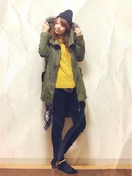 6ネイビーのコーデュロイパンツ×黄色セーター×ミニタリーコート