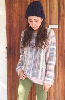 5カーキのスキニーパンツ×セーター×ニット帽子