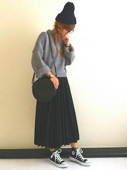 2黒のプリーツスカート×ショート丈ニット×ニット帽子