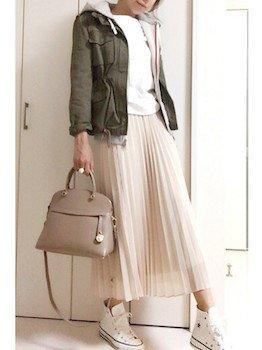 2ベージュのプリーツスカート×パーカートレーナ×ミニタリージャケット