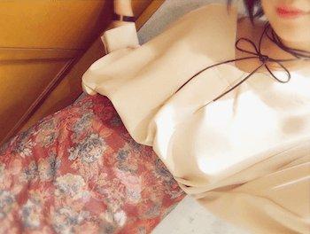 ゴブラン織のスカート×シフォンブラウス×チョーカーネックレス