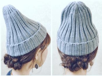 ライトグレーニット帽×くるりんぱ団子のニット帽に合う髪型