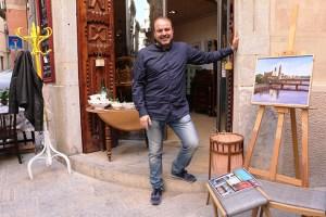 David Gironella, davant del taller de restauració Rosa Ríos (foto Fina Molas)