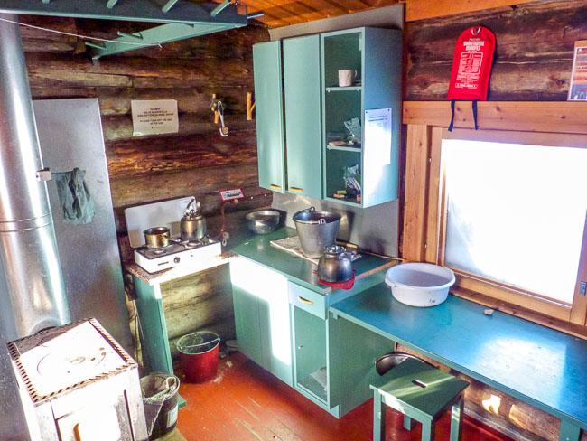 Küchenaustattung in einer großen Hütte