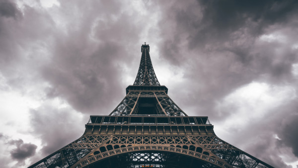 2k Wallpapers For Iphone X Eiffel Tower In A Cloudy Day Hd Wallpaper Free Image