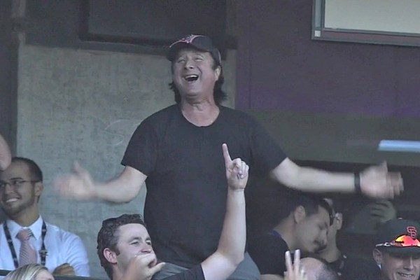 Falling Down Wallpaper Steve Perry Leads The Crowd Through Don T Stop Believin