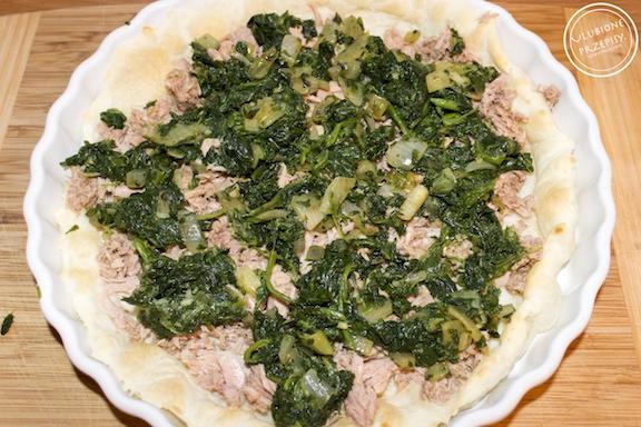 Tarta z ciasta francuskiego z tuńczykiem, szpinakiem i ricottą