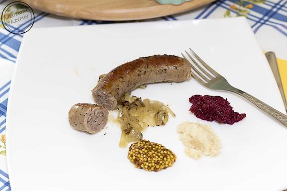 Biała kiełbasa pieczona z cebulą, czosnkiem i ziołami