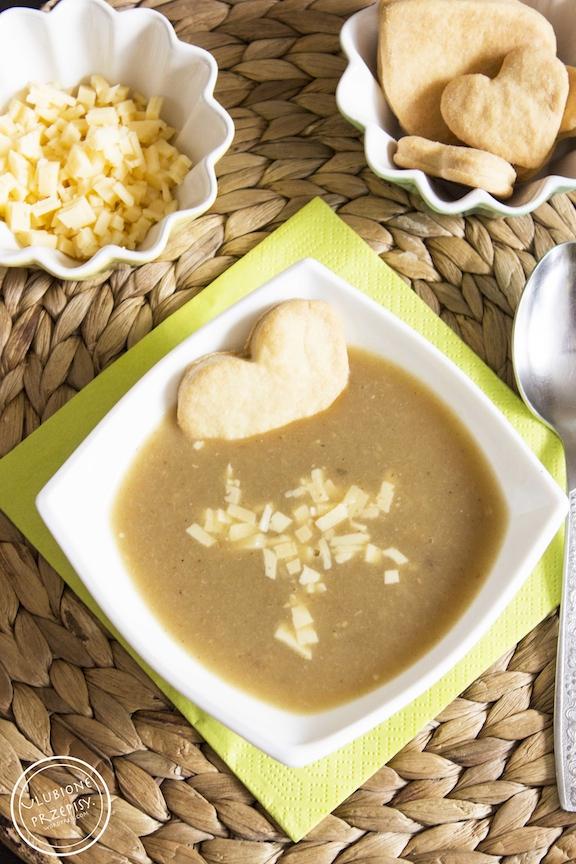 Zupa cebulowa z kruchymi ciasteczkami drożdżowymi