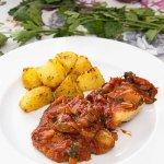 Ryba w sosie pomidorowym z odrobiną cynamonu i curry / Ryba