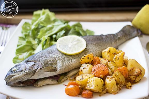 Pstrąg pieczony z warzywami