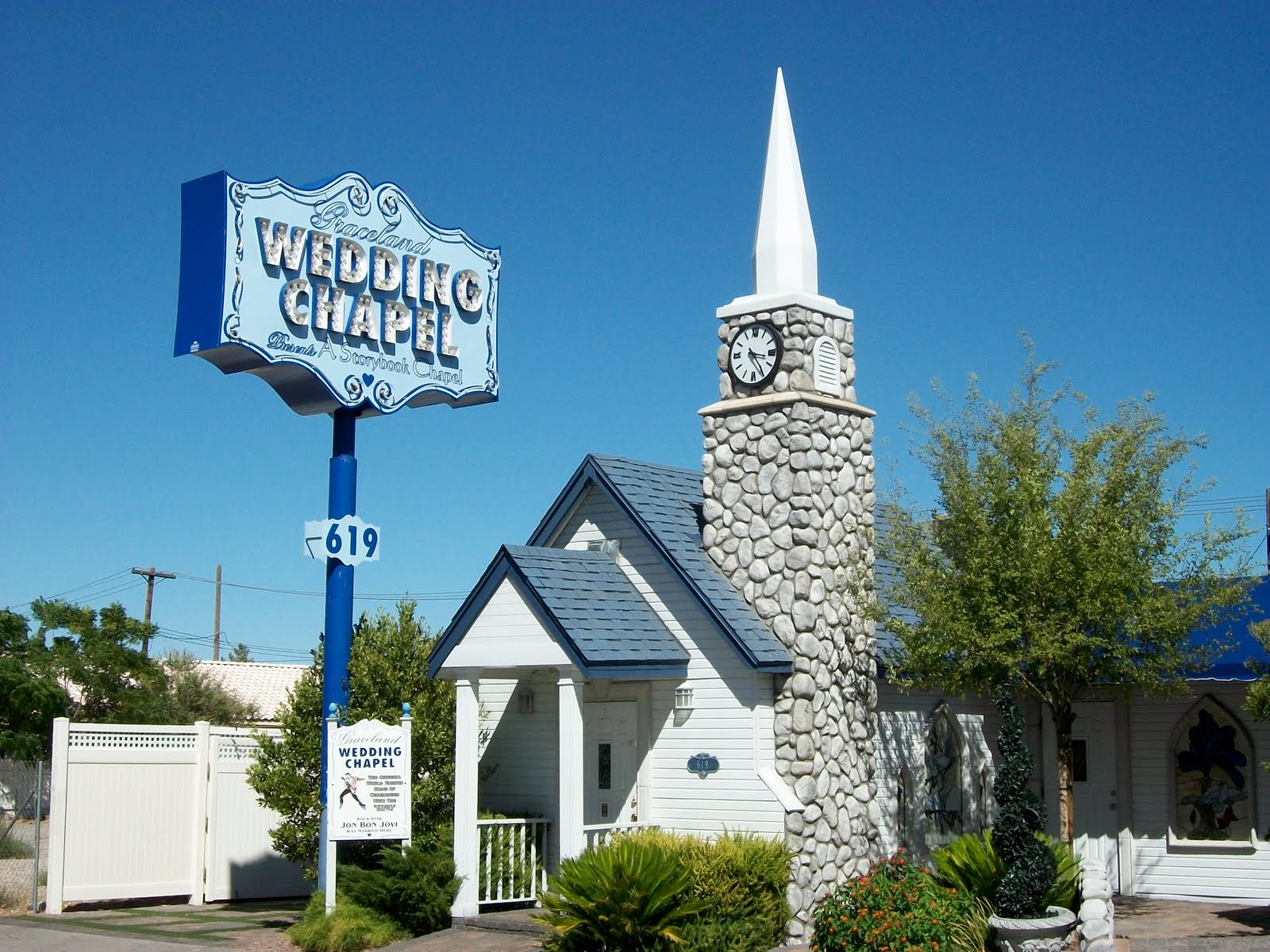 elvis graceland wedding chapel FlLVskALmRdvnzNuzUAEMYTI vegas wedding chapels Wedding Chapel Las Vegas Burning