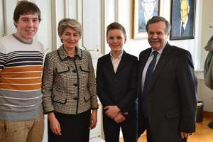 Domen Pinter (drugi iz desne) z UNESCO generalno direktorico Irino Bokovo, predsednikom Slovenske nacionalne komisije za UNESCO prof. dr. Radovanom Stanislavom Pejovnikom in še enim našim UNESCO glasnikom Lukom Kropivnikom