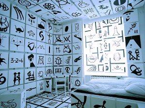 やり過ぎ感満載のアートな寝室