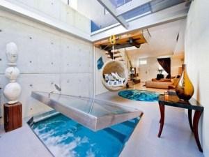 床下にプールがあるナイスアイデアなリビング