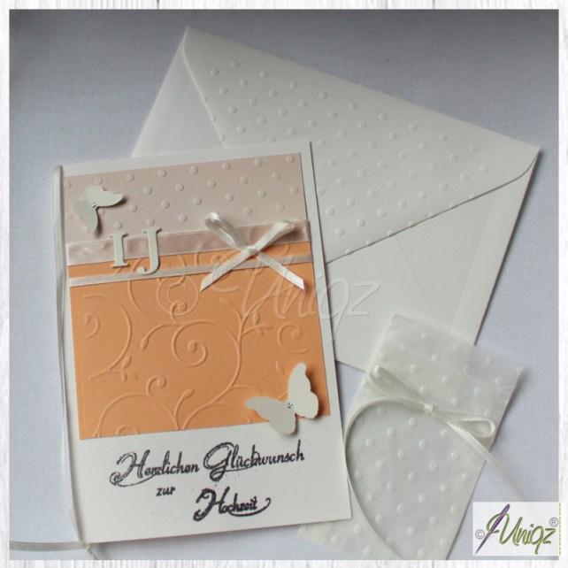 Handgemachte Hochzeitskarte mit den Initialen des Brautpaares