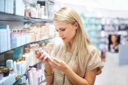 Donna guarda etichetta prodotto cosmetico