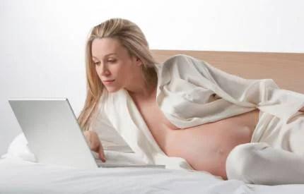 Donna incinta al computer