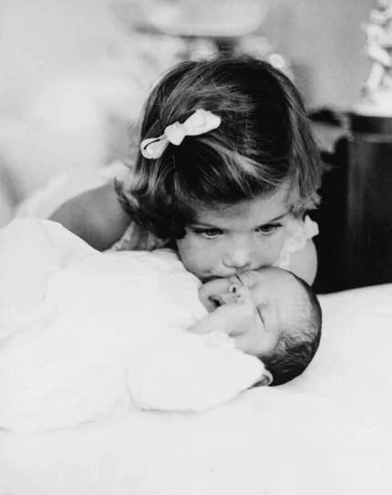 bambina che bacia un neonato