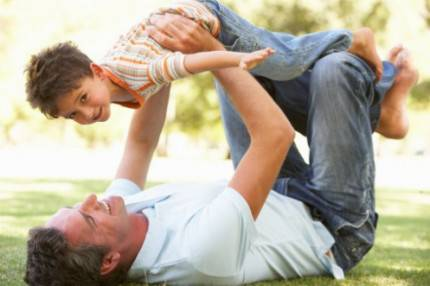 padre e figlio giocano