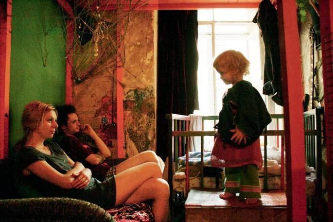 Lila and Pasha guardano Anfisa