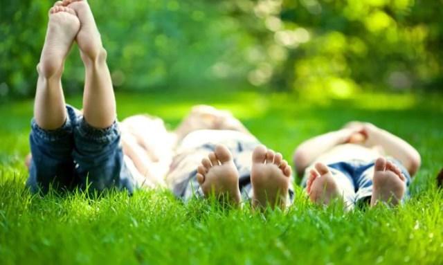 Bambini a piedi nudi nell'erba